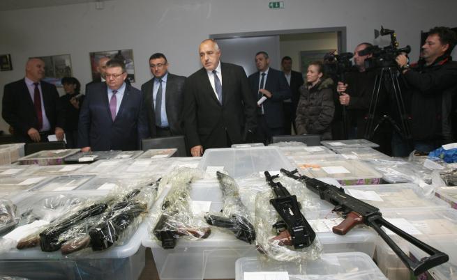 Заловиха рекорден брой оръжия и боеприпаси в столичен квартал