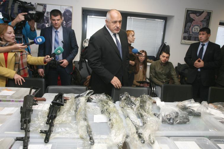 Намерени са картечници, автомати, пистолети и части и патрони. Вече има арестуван