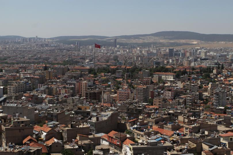 <p><strong>9. Газиантеп, Турция &nbsp;</strong><br /> <br /> <strong>Газиантеп</strong>&nbsp;е град в южна Турция, в близост до сирийската граница. Този град е обитаван от&nbsp;<strong>3600 преди новата ера</strong>, а крепостта Раванда, намираща се в центъра на града е една от най-старите запазени крепости в света.</p>