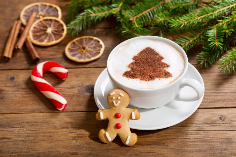 <p><strong>Коледно капучино</strong><br /> &nbsp;<br /> Капучиното може да мирише на Коледа. Не вярвате ли? Ще са ви необходими:<br /> &nbsp;<br /> 2 чаши кафе (еспресо или от кафеварка)<br /> 1 чаша горещо прясно мляко<br /> 1/2 ч.ч. амарето<br /> канела на прах<br /> около 200 гр ванилов сладолед или бита сметана<br /> кардамон на прах<br /> &nbsp;<br /> Смесете горещото кафе с горещото мляко и амарето ликьора, който най-добре да е на стайна температура. Добавете канела на вкус. Разпределете капучиното по чаши, като към всяка добавите ванилов сладолед. Поръсете всяко капучино с щипка кардамон. Това са продукти за 4 чаши. Ако искате само за вас, ще трябва да намалите количеството на кафето, например 1 чаша, и на млякото, например половин чаша.</p>