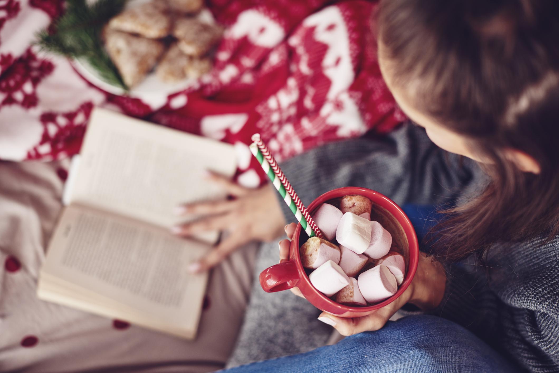 """2.<br /> Книгата се смята за много личен подарък. Чрез нея човекът, който я подарява, иска да каже на онзи, на когото я подарява: """"Това ми харесва и искам да го споделя с теб"""". Когато пък подаръкът е книга, за която онзи, който я получава, е говорил на човека, който я подарява, това показва способност да се вслушваш в другите."""