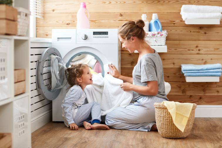 Не пресушавайте дрехите си.Много трудно се гладят дрехи, които са били пресушени. По-лесно е да се гладят дрехите, когато са леко влажни.
