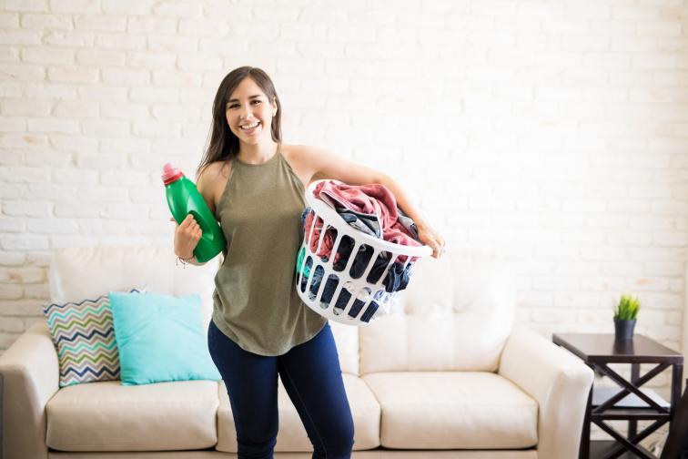 Сложете хапчета аспирин в пералнята за избелване на дрехите. Някои хора се опитват да избегнат носенето на бели дрехи, поради появата на жълти петна от пот. Ако някога сте се страхували да съсипете хубава бяла риза, тогава имаме добра новина за вас! Поставянето на няколко хапчета аспирин в пералната машина може да помогне за избелване на вашите бели дрехи поради салициловата киселина.