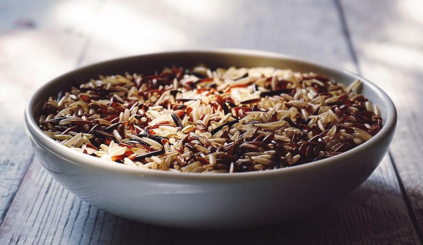 Киснете кафявия ориз<br /> Накисването за една нощ на кафявия ориз улеснява варенето му.