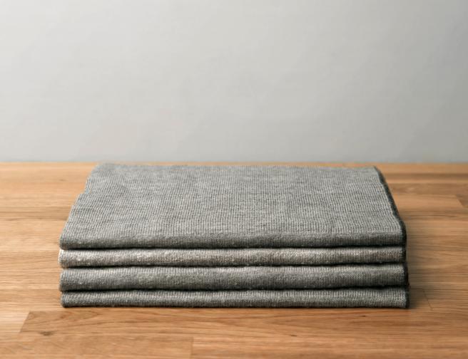 Това на снимката не е такова, но едно електрическо одеяло би сгряло вашите близки, докато прекарват дълги часове пред компютъра в студените зимни работни дни.