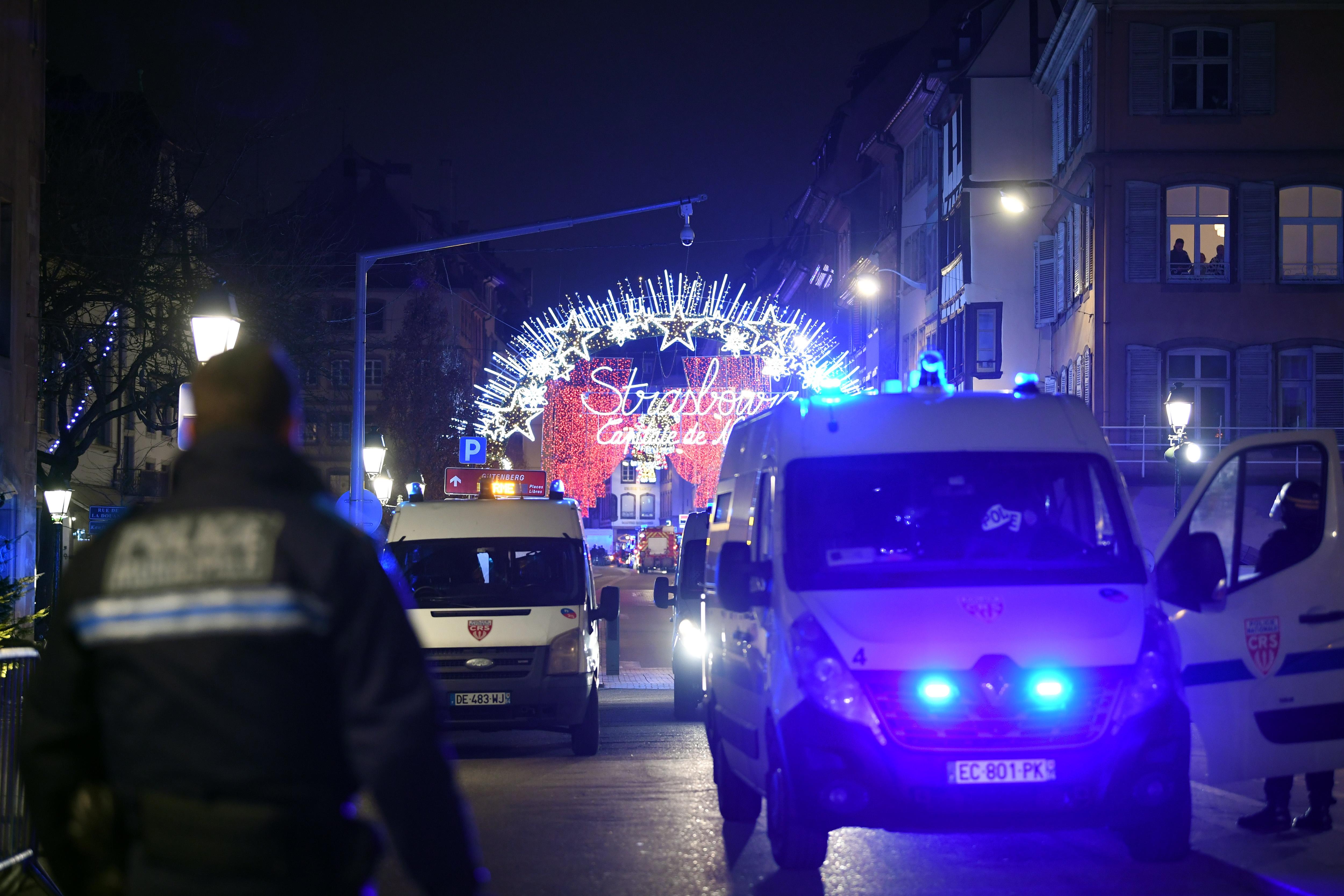 Френската полиция подозира, че стрелбата близо до коледния базар в Страсбург е терористичен акт, предаде ДПА. Полицията съобщи, че при инцидента са загинали четирима души и са били ранени 11. Нападателят е избягал от местопрестъплението и се издирва. Той е бил ранен след престрелка с полицията.