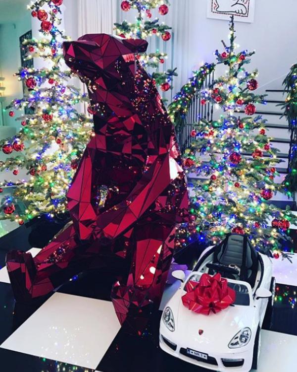 """Коледна украса в дома на майката на Ким Кардашиян - Крис Дженър като всяка година се изявява и като """"майката на Коледа"""" (2017)"""
