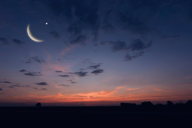 """<p><strong>1, 2 септември &ndash; намаляваща Луна в Рак</strong></p>  <p>Стихията на Водата се съчетава прекрасно с <a href=""""https://www.edna.bg/astrologia/namaliavashta-luna-do-6-septemvri-kakvo-da-ne-pravim-4665393"""" target=""""_blank""""><u><strong>намаляващата фаза на Луната</strong></u></a>. 1-ви септември е първият ден от престоя на Луната в Рак, така че е най-благоприятният от общо трите. Вторият също е много силен и хармоничен, а третият вече не е толкова позитивен поради слабостта на Рака. 1 и 2 септември могат да се считат за най-благоприятните дни през септември за комуникация с близките и семейството, запознанства, романтика и флирт. Последните дни на този месец също ще се проведат под егидата на намаляващата Луна в Рак, но те вече няма да са толкова ярки и позитивни.</p>"""