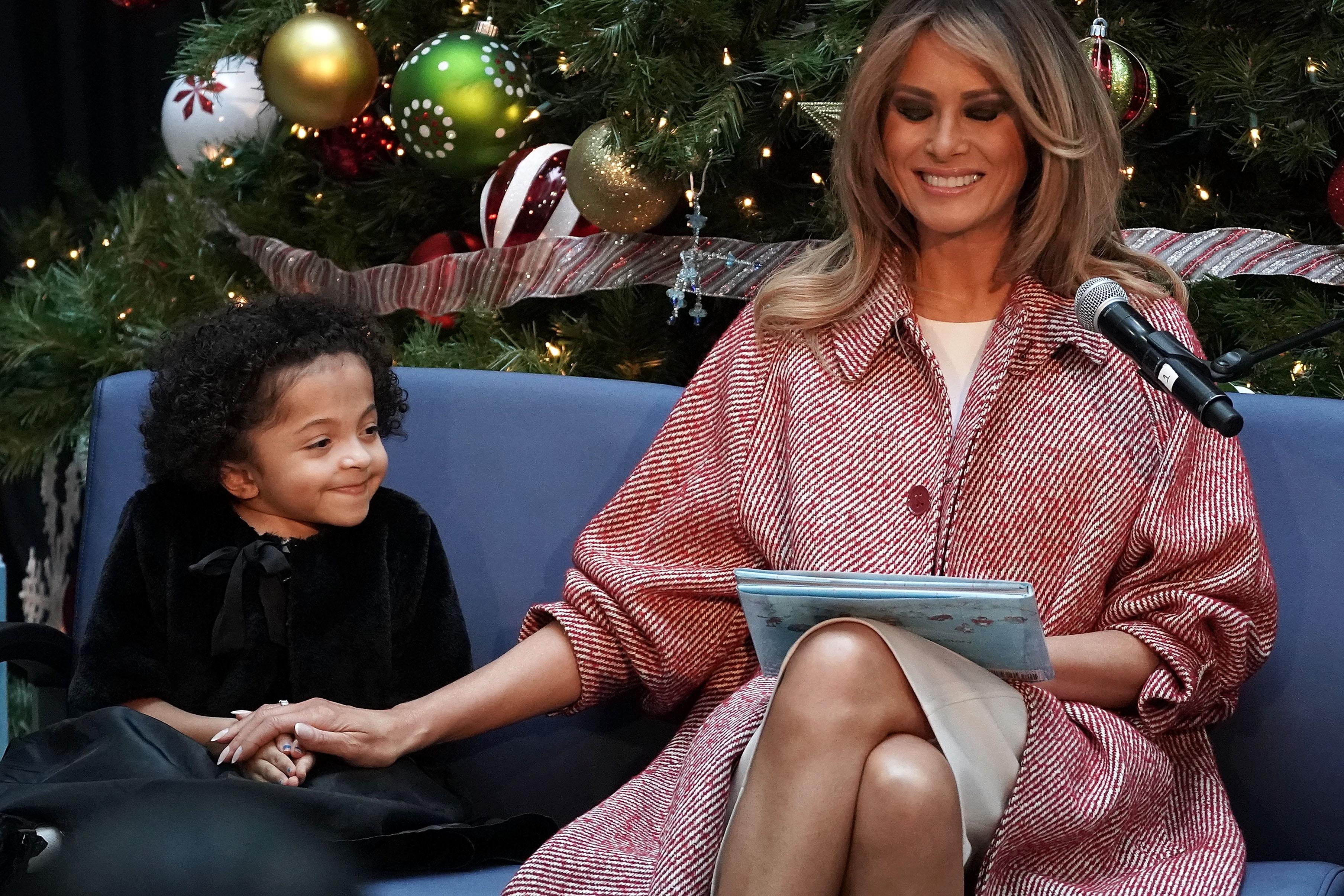 Мелания също така им прочете и книжката Oliver the Ornament.
