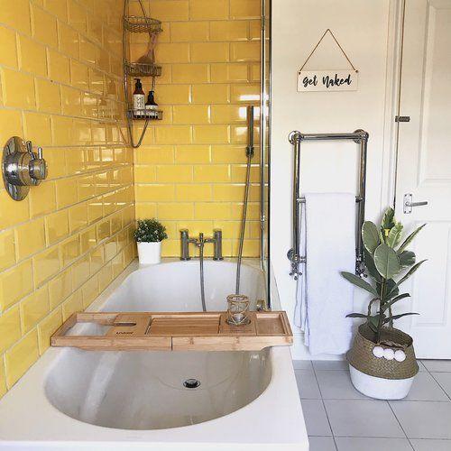 6.Ярко жълто - по една от стените, по пода или жълти хавлии - няма значение кое от изброените ще приложите в банята си, важен е крайният резултат. Тези малки детайли превръщат бялата баня в слънчево място с много настроение. Комбинирайте наволя цветовете. Един съвет: много по-изогдно е да сменяте само кърпите, вместо плочките :)