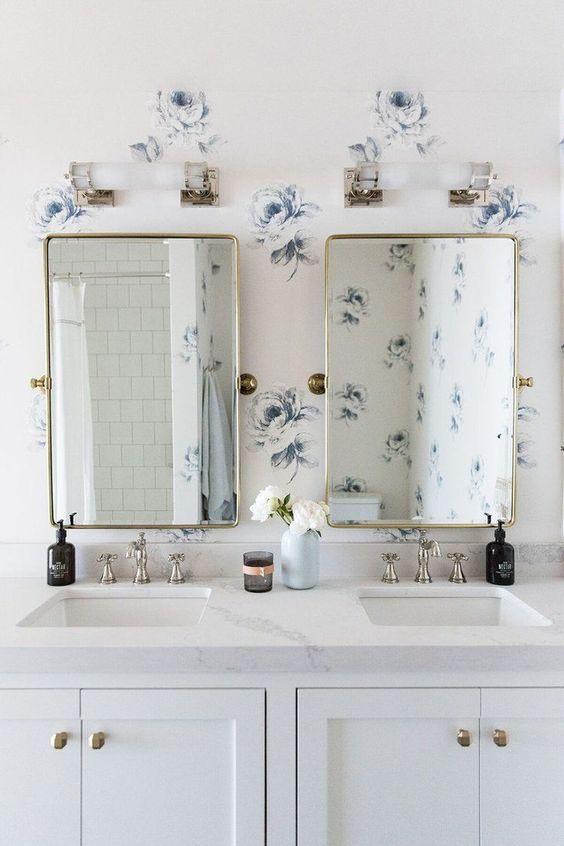 9. Ако ярките цветове не ви допадат, а в същото време искате да разчупите бялата баня, използвайте светли нюанси. Небесно синьо, бежаво, сиво - всички те си отиват с бялото и ще разкрасят пространството.