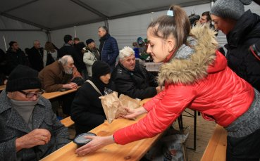 Златните момичета раздаваха обяд на нуждаещи се
