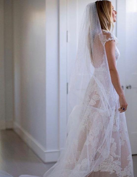 """3. След като дълго кри новината за сватбата си, в началото на ноември Гуинет Полтроу сподели снимки от специалния ден. Актрисата се омъжи запродуцентаБрад Фалчък.Полтроу изглежда прекрасно с рокля на """"Валентино"""" и дълъг воал. Шаферка на сватбата е била 14-годишната ѝ дъщеря Епъл."""