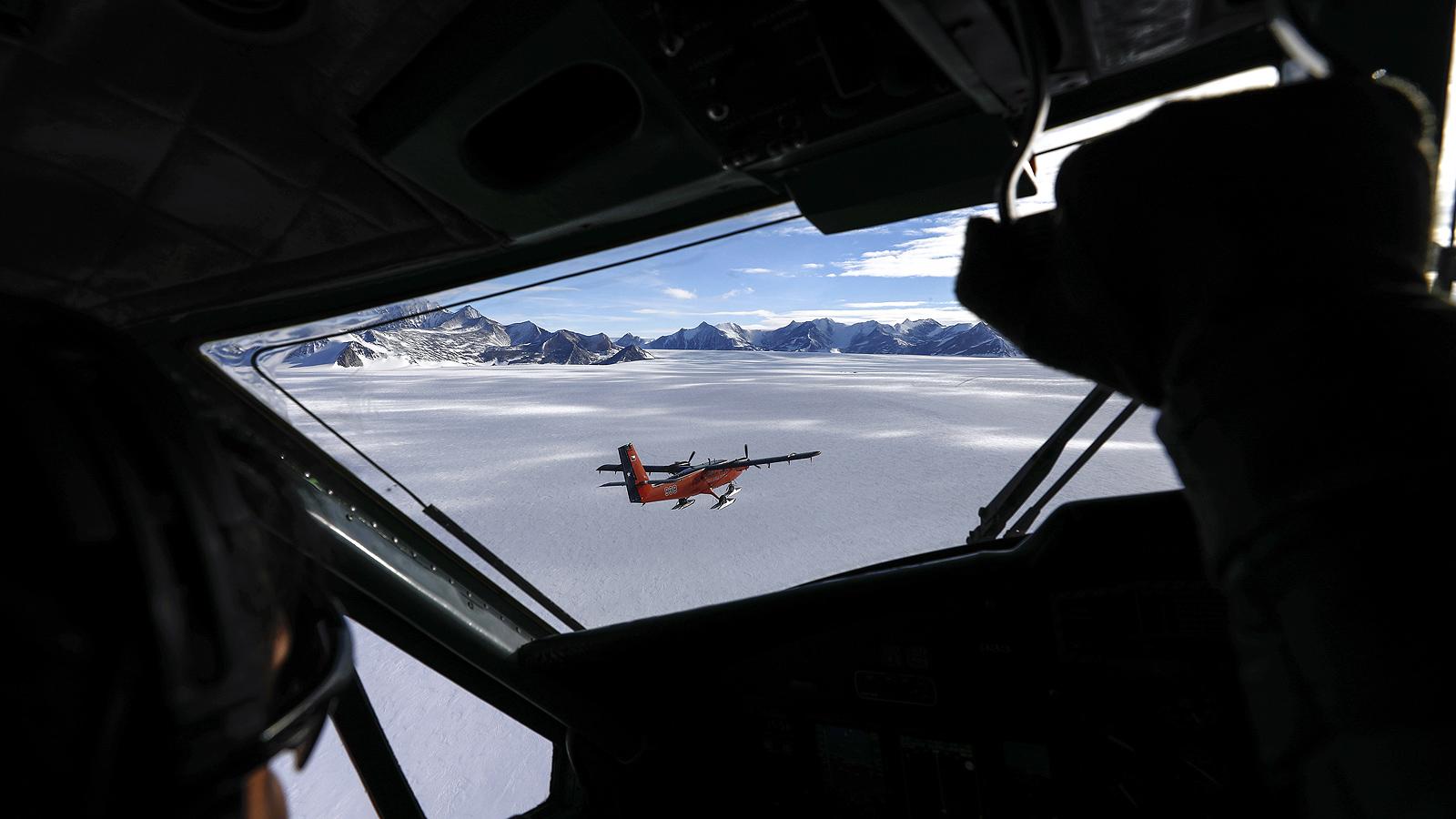 Полярната станция Union Glacier Camp, е лятна база, разположена върху гигантския ледник в Планината Елсуърт, на около 62 километра от Южния полюс.