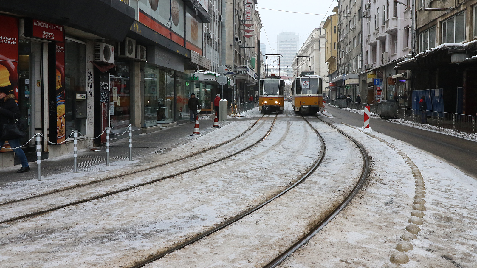 """Първоначалният срок за възстановяване на движението бе октомври. Два месеца след този срок, скандали за качеството на ремонта, една заместник-кметска оставка, придружена с повдигнато от прокуратурата обвинение, за Коледа столичани и гости на града отново ще си имат трамвай по """"Графа""""."""