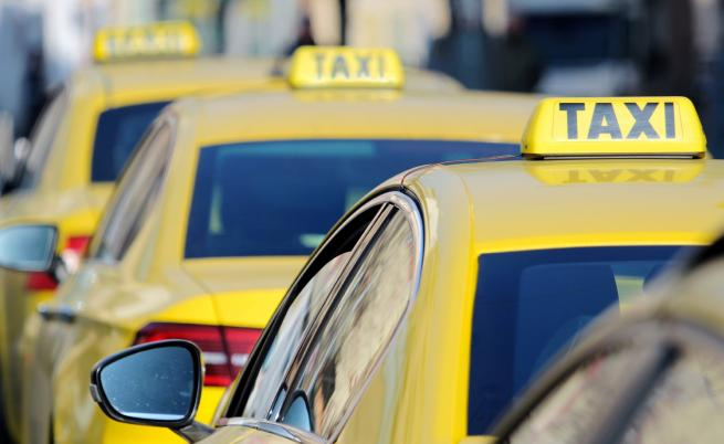 Деца разбиха и обраха над 10 таксита в София