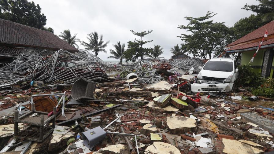 Последствията от цунамито в Индонезия