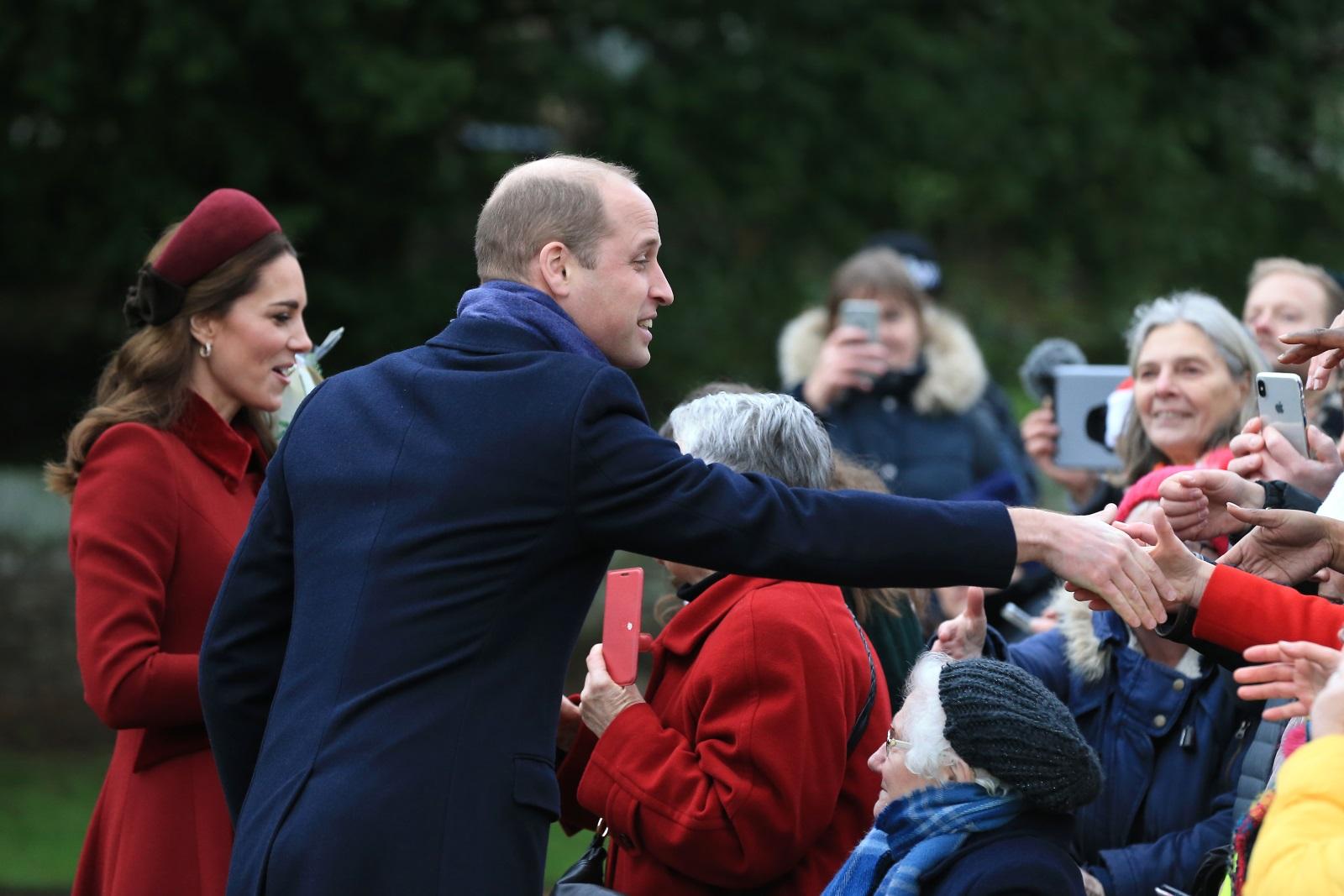 """Членовете на британското кралско семейство отидоха заедно на празнична служба. Кралица Елизабет II, принц Филип и синовете му - принцовете Уилям и Хари и съпругите им - херцогините Кейт Мидълтън и Меган Маркъл присъстваха на коледна служба в църквата """"Св. Мария Магдалина"""" в имението Сандрингам, Норфолк."""
