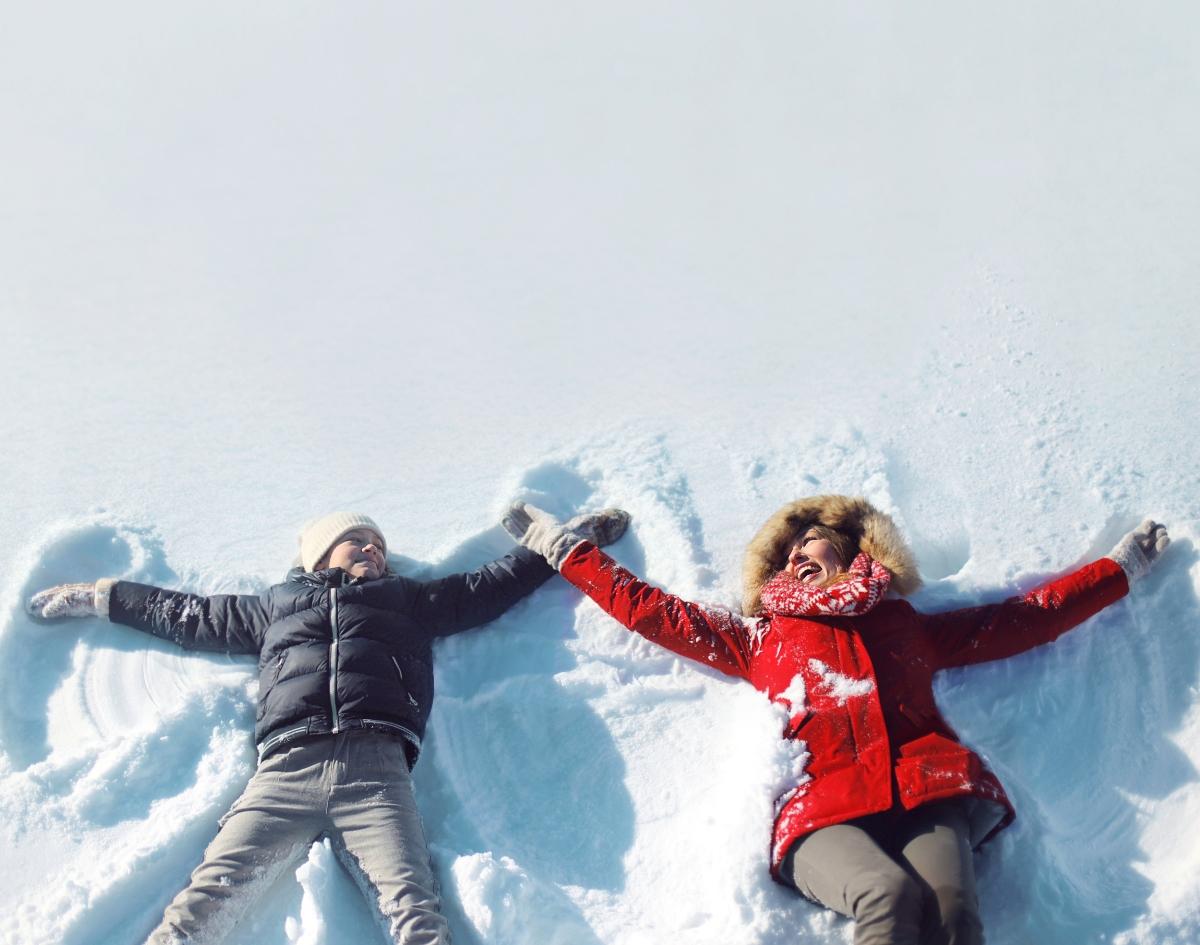 """Полезно е за здравото сърце. Свикнали сме с информациите, че в студеното време хората с проблеми на сърцето трябва да се пазят от студа. Това е така, но за здравите хора студът е по-скоро полезен. При енергична разходка в снежния парк или игра с децата, се повишава сърдечният ритъм и сърцето се """"тренира""""."""