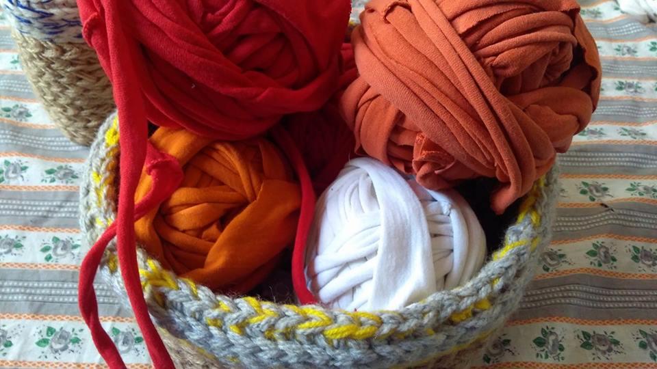 Тя използва добре забравена традиционна технология за обработка на текстил, превръщайки го в прежда.