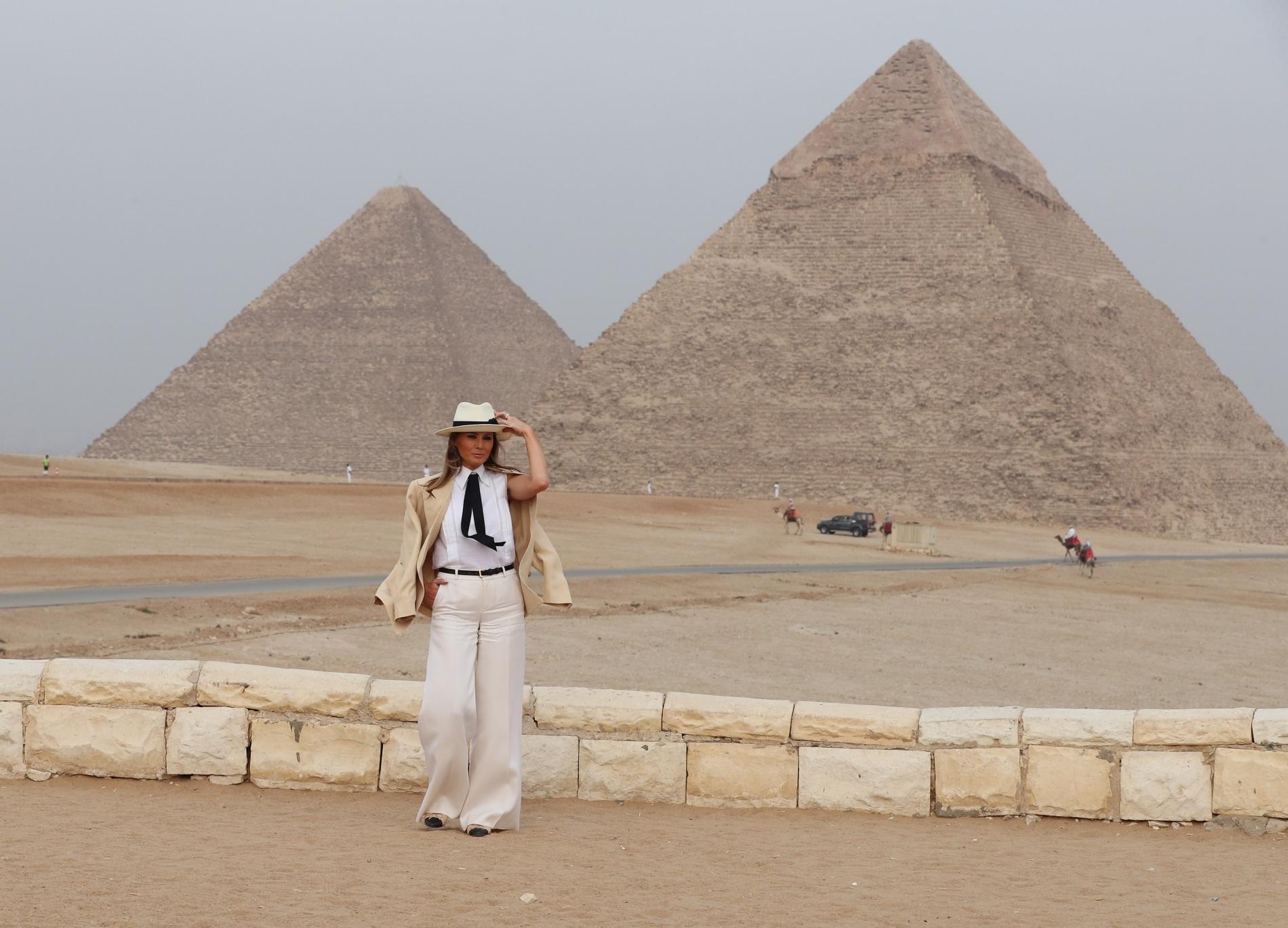 Първата дама на САЩМелания Тръмп до пирамидите в Гиза, Египет, 6 октомври 2018 г. Снимката е направена по време на нейното първо самостоятелно голямо задгранично пътуване, което включваше Гана, Малави, Кения и Египет.