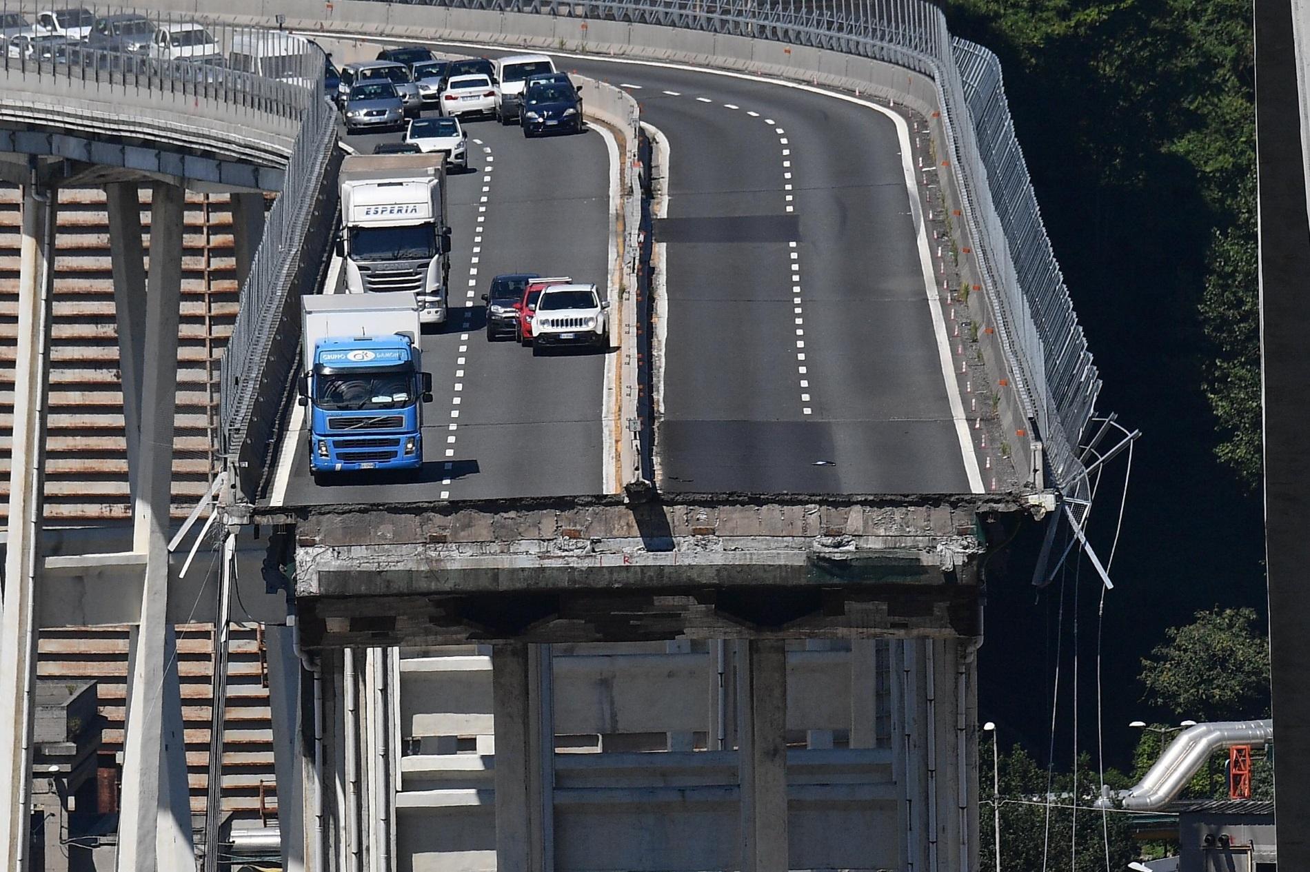Мостът Моранди в Генуа, Италия, минути след неговият колапс. 43-има души загинаха при пропадането на част от моста