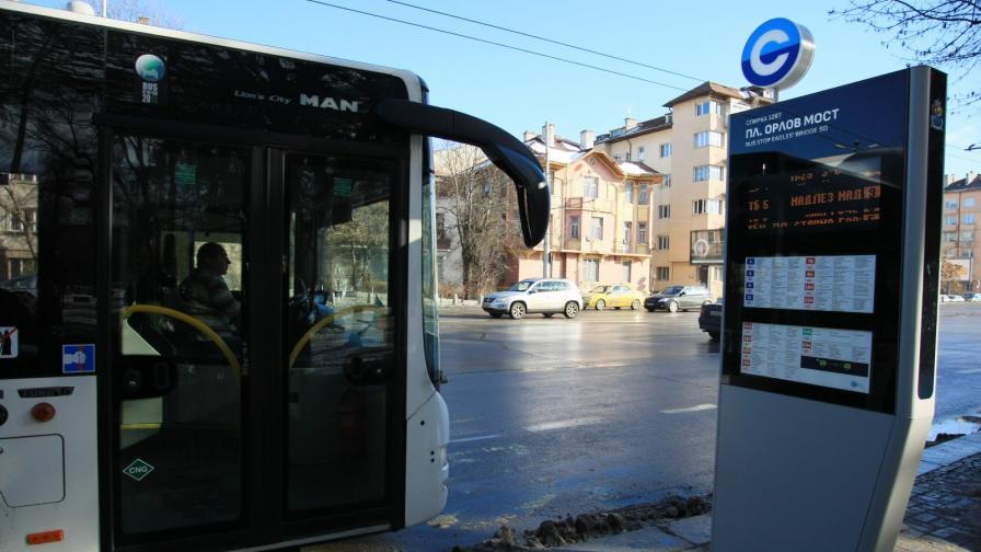 Автобус удари спрени коли