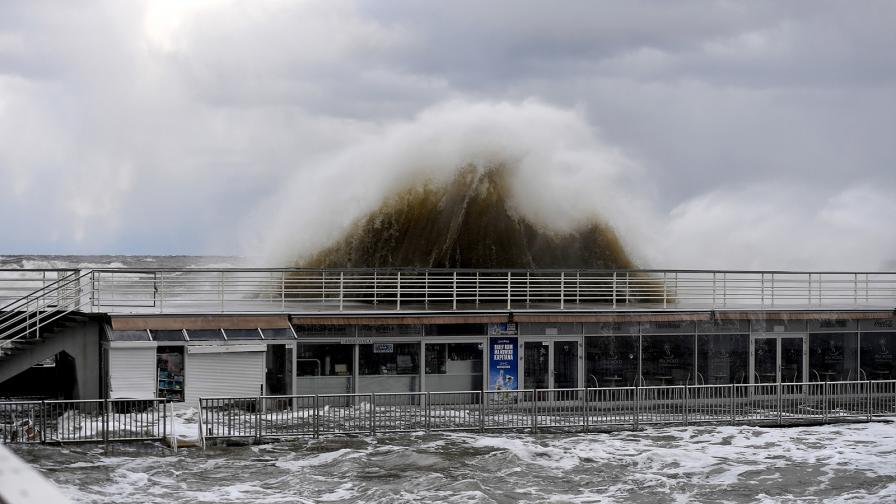 Хора наблюдават бурните вълни на кея в Колобжег, Полша, на 2 януари 2019 г.