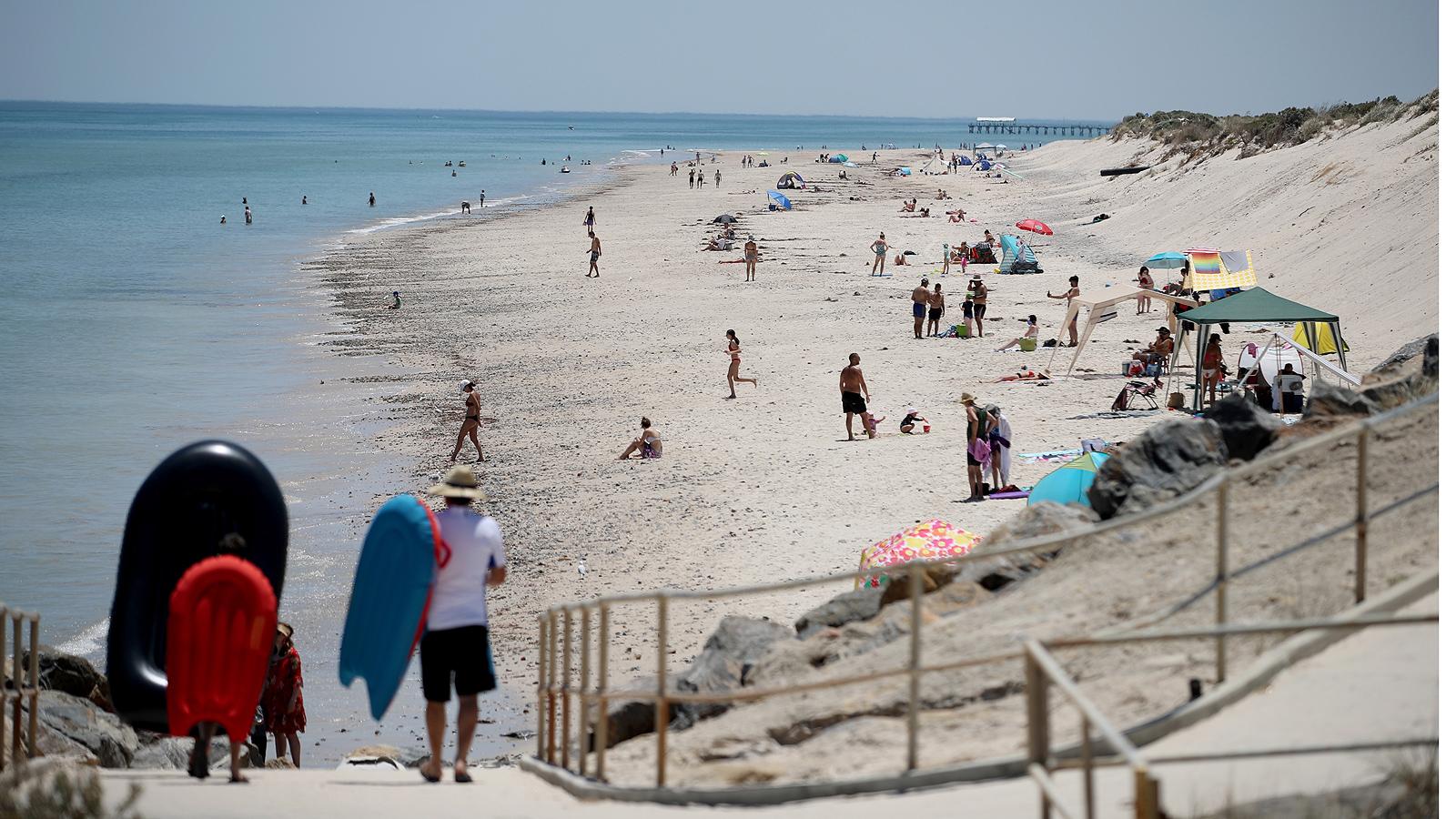 Хора отиват на плажа Уест Бийч по време на горещ ден в Аделаида, Австралия, на 3 януари 2019 г.