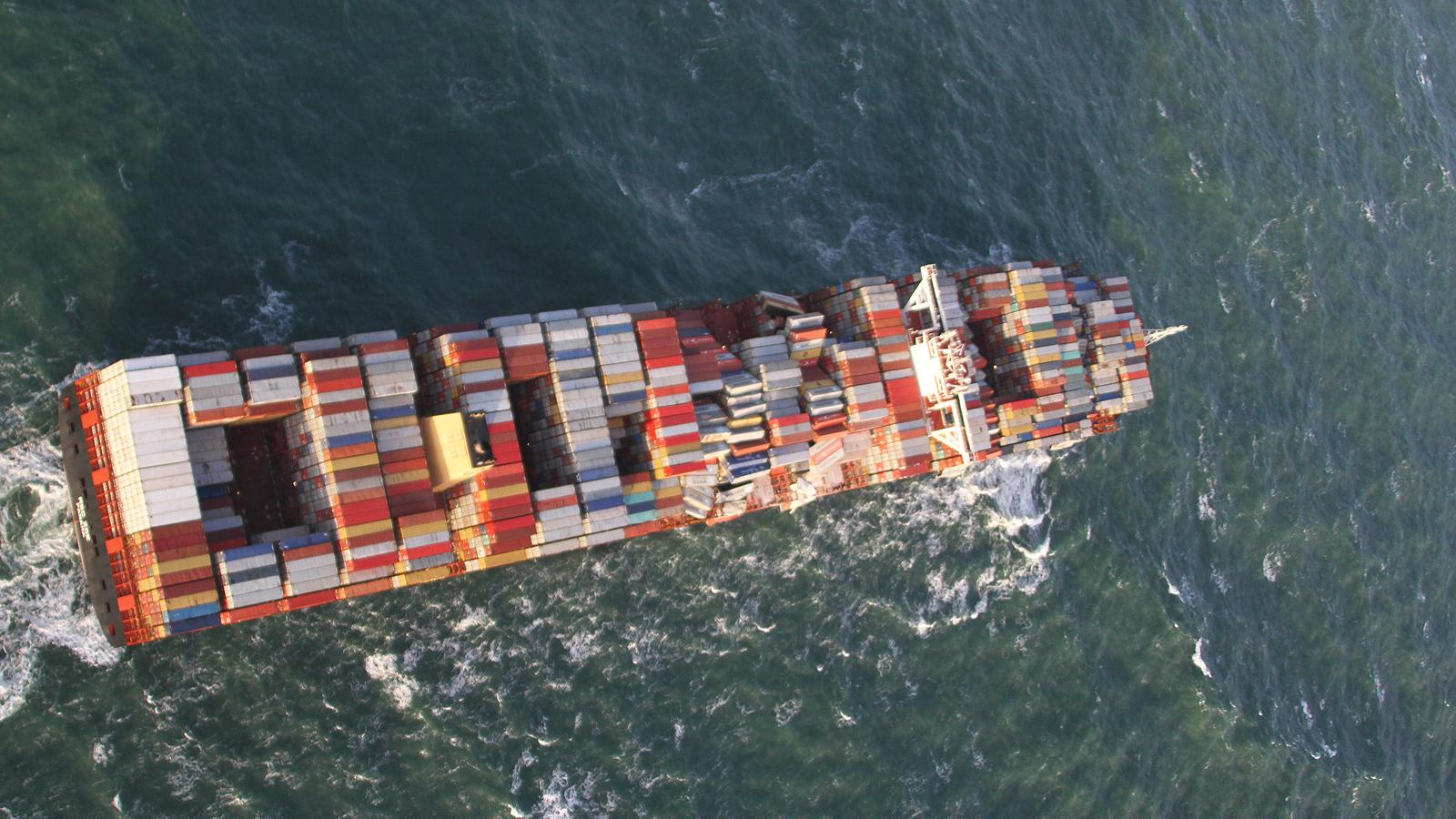 Стотици хора се стекоха към бреговете на два холандски острова, след като силната буря която вилня в Северно море, отнесе 270 контейнера от товарен кораб