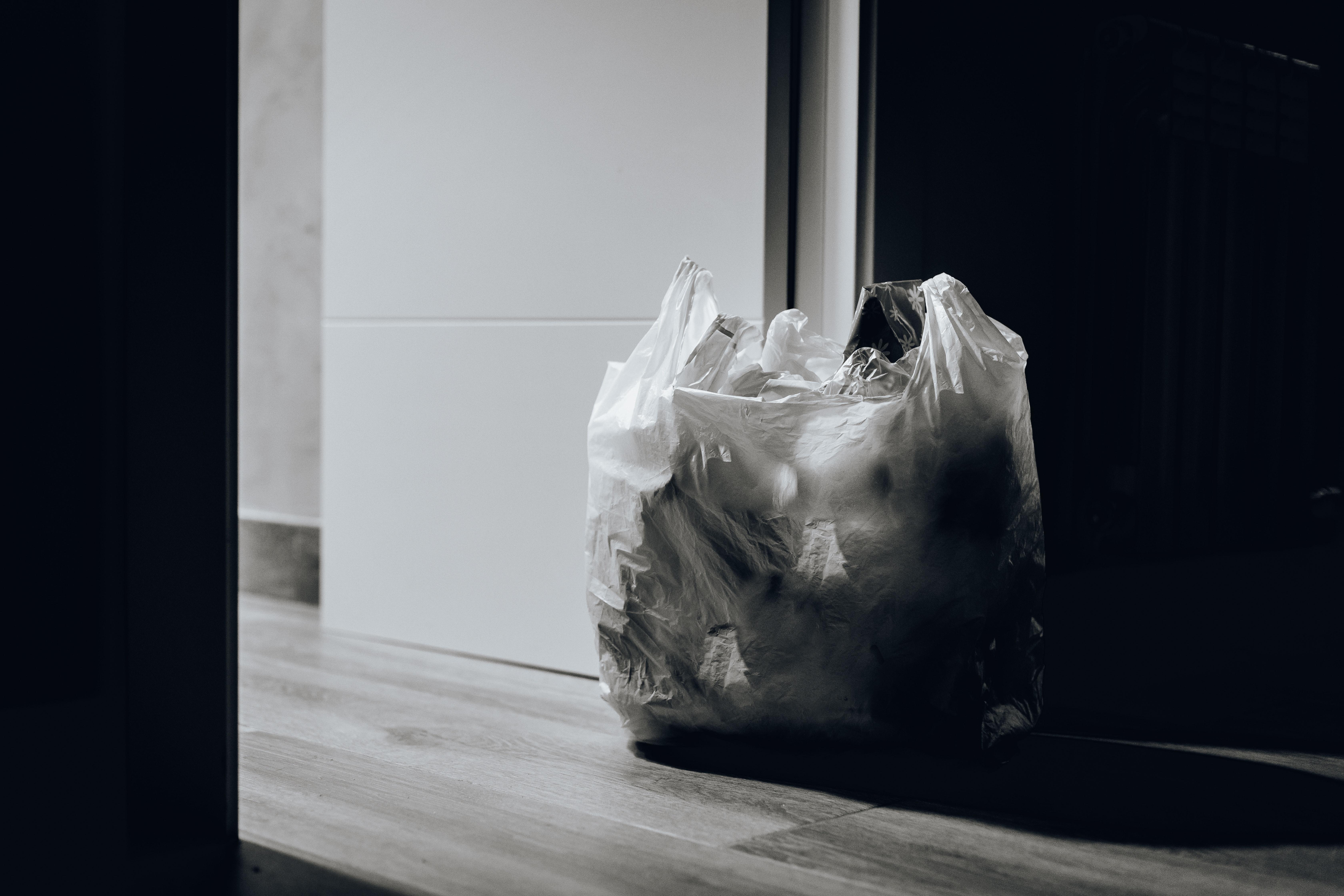 Торби с боклук пред вратата<br /> Торбата с неизхвърления боклук можете да оставите пред вратата на жилището – но само за малко! И после по най-бързия начин да я изхвърлите на определеното място. Никому и наум не идва, че боклукът може да остане пред вратата повече от няколко минути, камо ли часове. А това е и строго забранено.