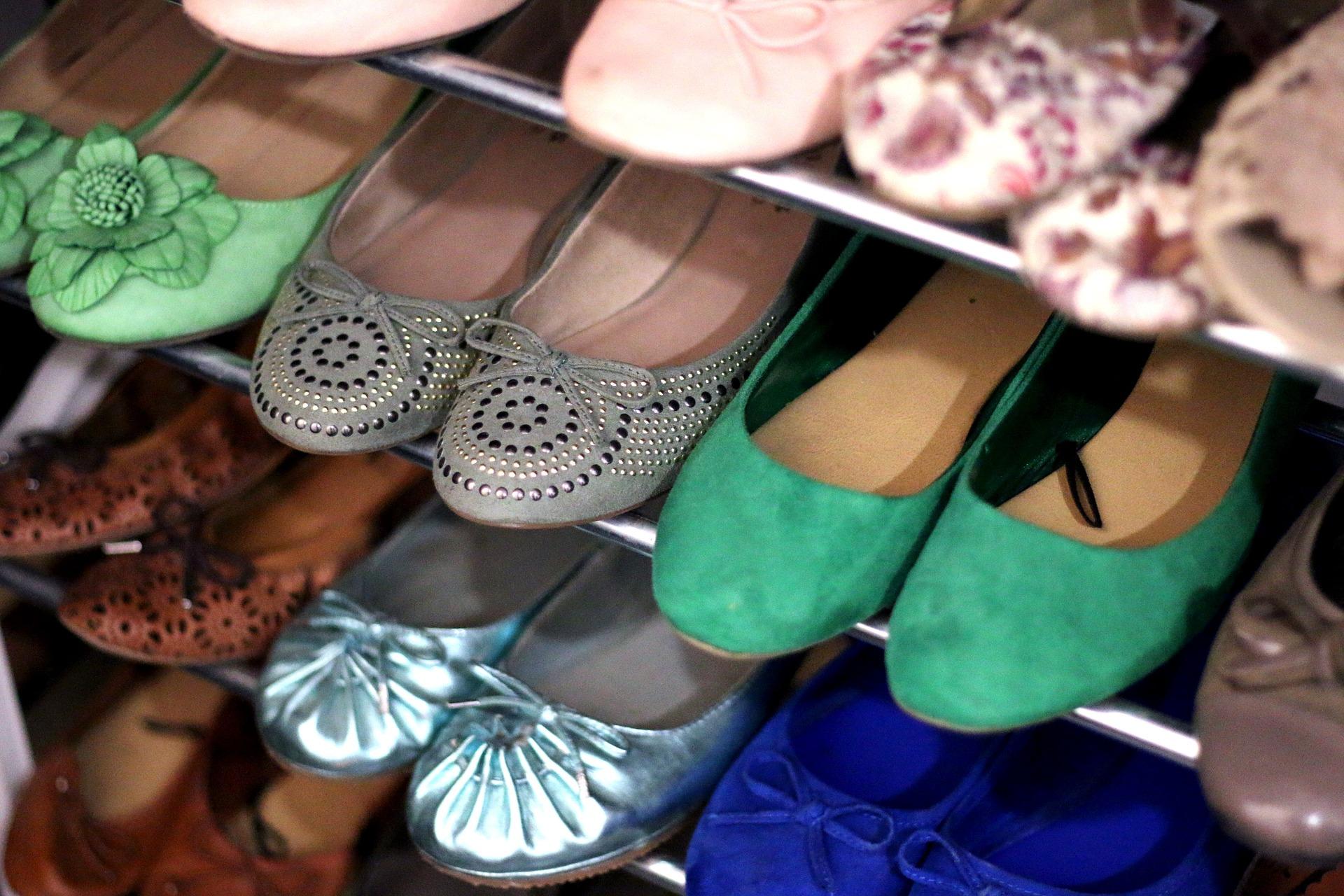 Шкафове за обувки<br /> Етажерки и шкафове за обувки, както и други малки шкафчета, нямат работа пред вратата на жилището. Мястото на мебелите е в жилището – и точка. Все пак в един случай съдът е преценил, че обитателят на таванско помещение може да си сложи етажерка за обувки, понеже оттам други съседи не минават. Има и втори прецедент, когато пак съдът е дал право на наемател да си инсталира пред вратата шкаф за обувки, дълбок максимум 30 сантиметра, защото това не пречело на съседите.
