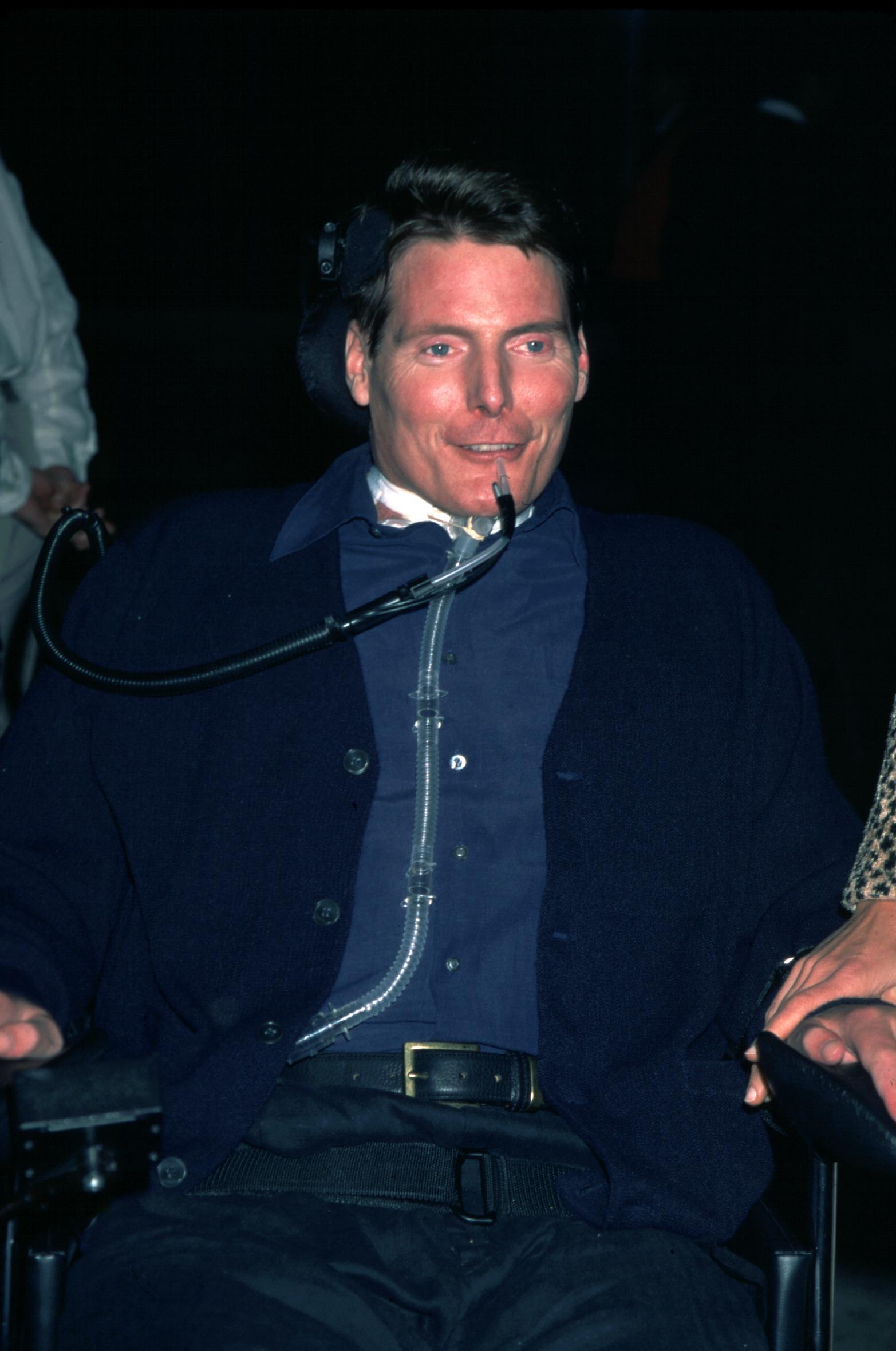 АктьорътКристофър Рийв на партито по случай наградите. Той става световноизвестен с ролята си на Супермен от 1978 г.На 27 май 1995 г. пада от коня по време на надбягвания в щатаВирджиния, счупва шийни прешлени и остава парализиран до края на живота си. Лекарите спасяват живота му с уникална операция. Остава парализиран от раменете надолу, не може да диша самостоятелно, говори със специален апарат.