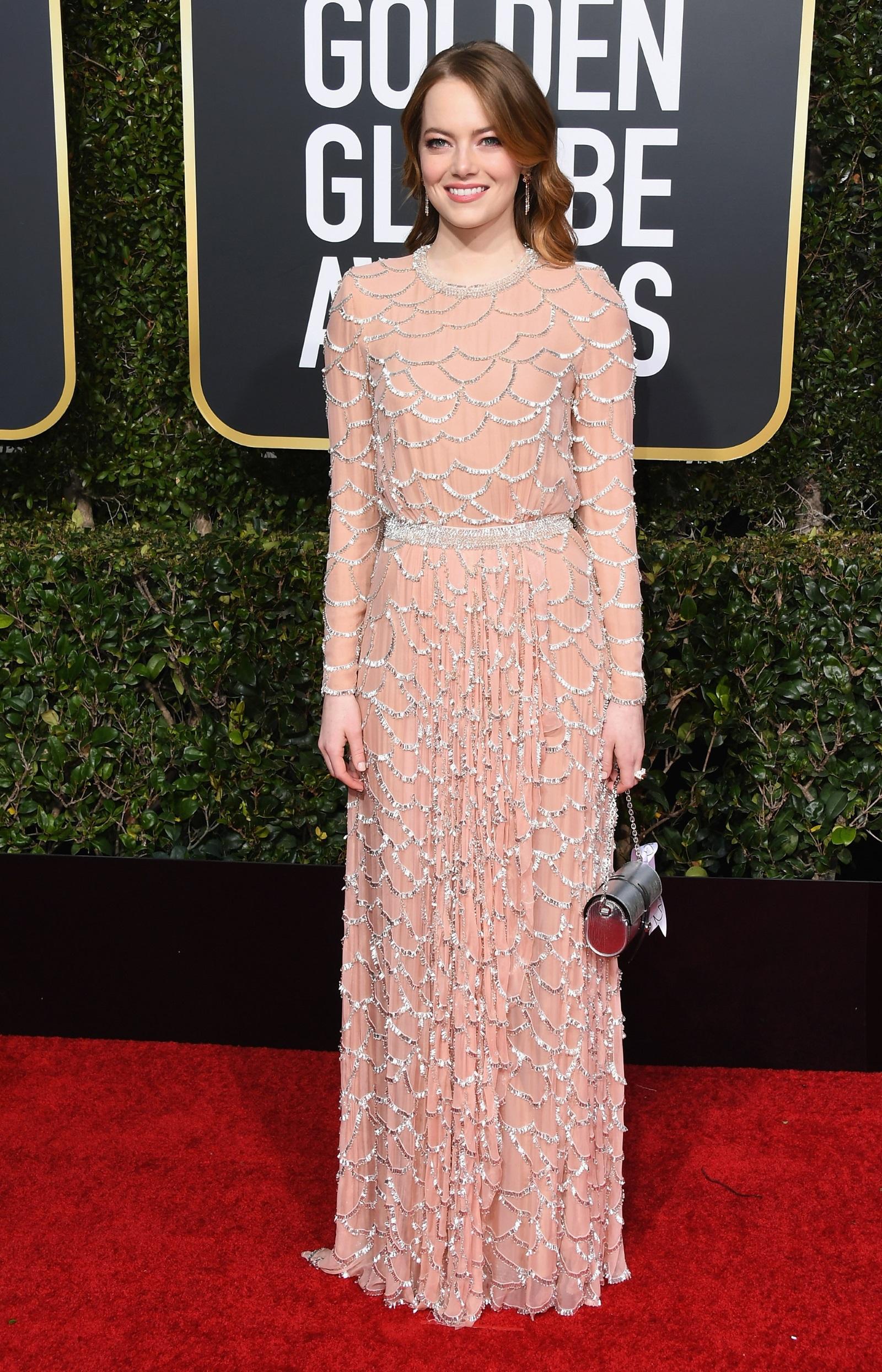 30-годишната актриса се разходи по червения килим с рокля в нежно розово на Louis Vuitton. Тоалетът e покрит с 63 хил. стъклени украшения. Изработката на роклята за наградите е отнела над 800 часа работа, а 30 души отговаряли за бродерията, пише сп. People. Бижута от розово злато и елегантна чантичка в сребристо допълваха визията на актрисата.