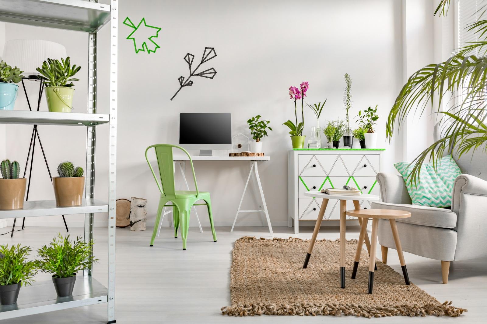 Най-подходящи за дома са живите растения.Освен свежестта, която се носи от тях, зеленият им цвят излъчваположителна енергия– така необходима на всекидом.Като най-силни за дома се препоръчват дървото на парите, дървото на щастието и бамбукът.