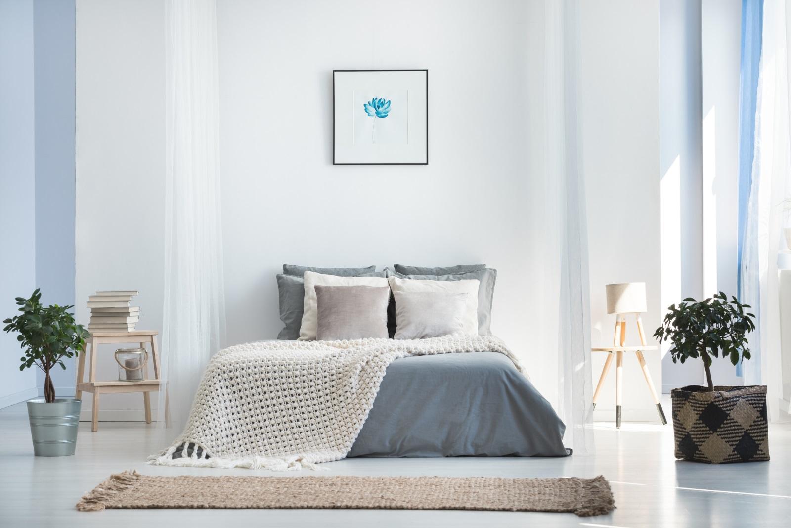 Леглото в спалнята ви не трябва да е поставено под прозорец, а долният край не трябва да е разположен срещу врата. В спалнята трябва да е светло.