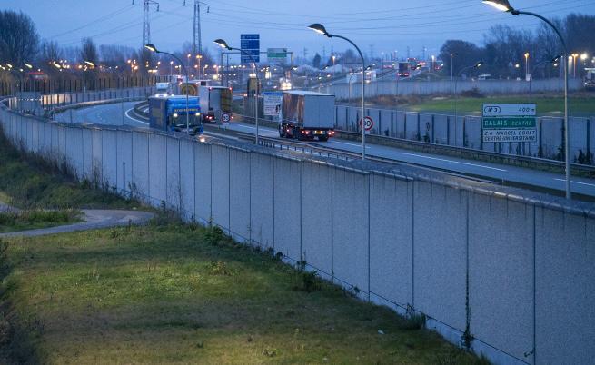Мигранти нападнаха български шофьор, тирът му запален