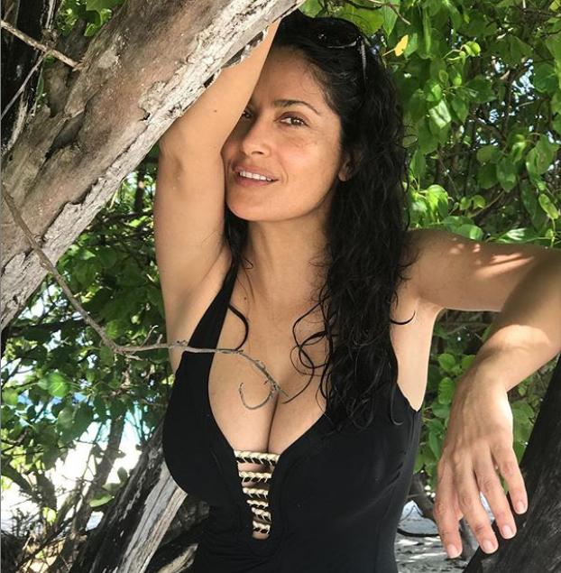 Салма Хайек разгорещи Инстаграм със снимки от екзотичната си почивка. 52-годишната актриса започва новата година релаксиращо, радвайки се на плажа и слънцето  по време на ваканцията ѝ, която започна в края на декември. Салма Хайек, известна със своите пищни извивки, позира по бански и без грим.