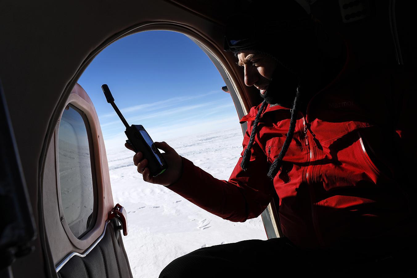 Военновъздушните сили организират транспорта до отдалечения лагер, разположен малко над 1000 километра от Южния полюс.