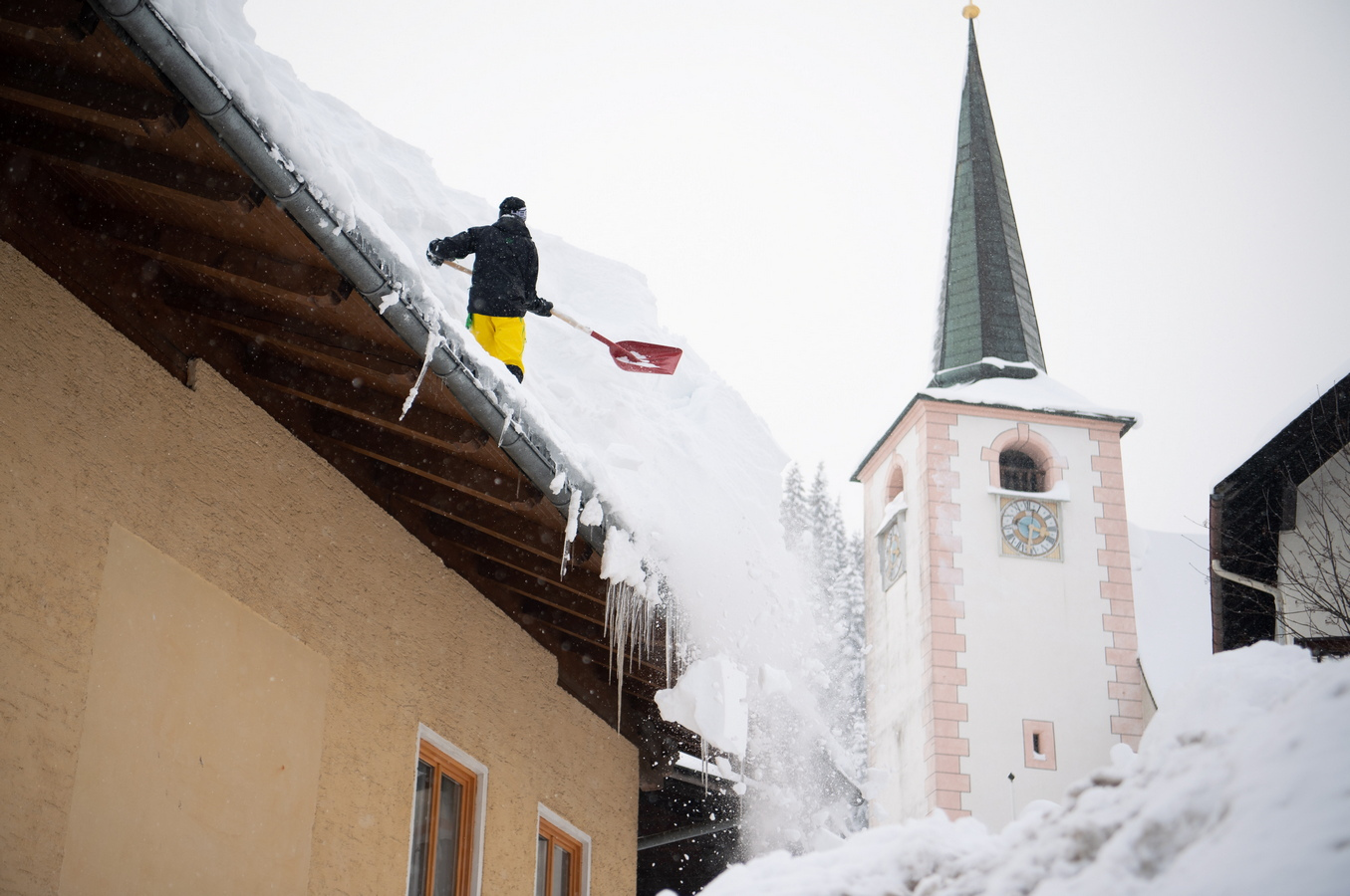 В Австрия стотици жители остават по домовете си поради блокираните пътища, а някои райони са без ток, след като натежали от сняг дървета прекъснаха електропроводи.