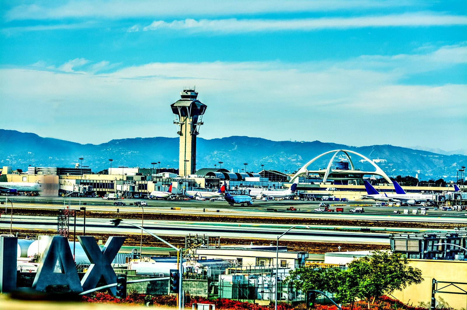 Международно летище Лос Анджелис<br /> Писнало ли ви е да бързате от изход към изход, да мъкнете куфари, чанти за лаптоп и да си гледате нервно часовника? Международно летище в Лос Анджелис предлага Антистрес програма за пътниците, с домашни любимци (Pets Unstressing Passengers program). Кучета за терапия и хора, които го водят, обикалят из летището и предлагат на пътниците както малки пухкави приятелчета за игра, докато чакат, така и информация за полетите им.