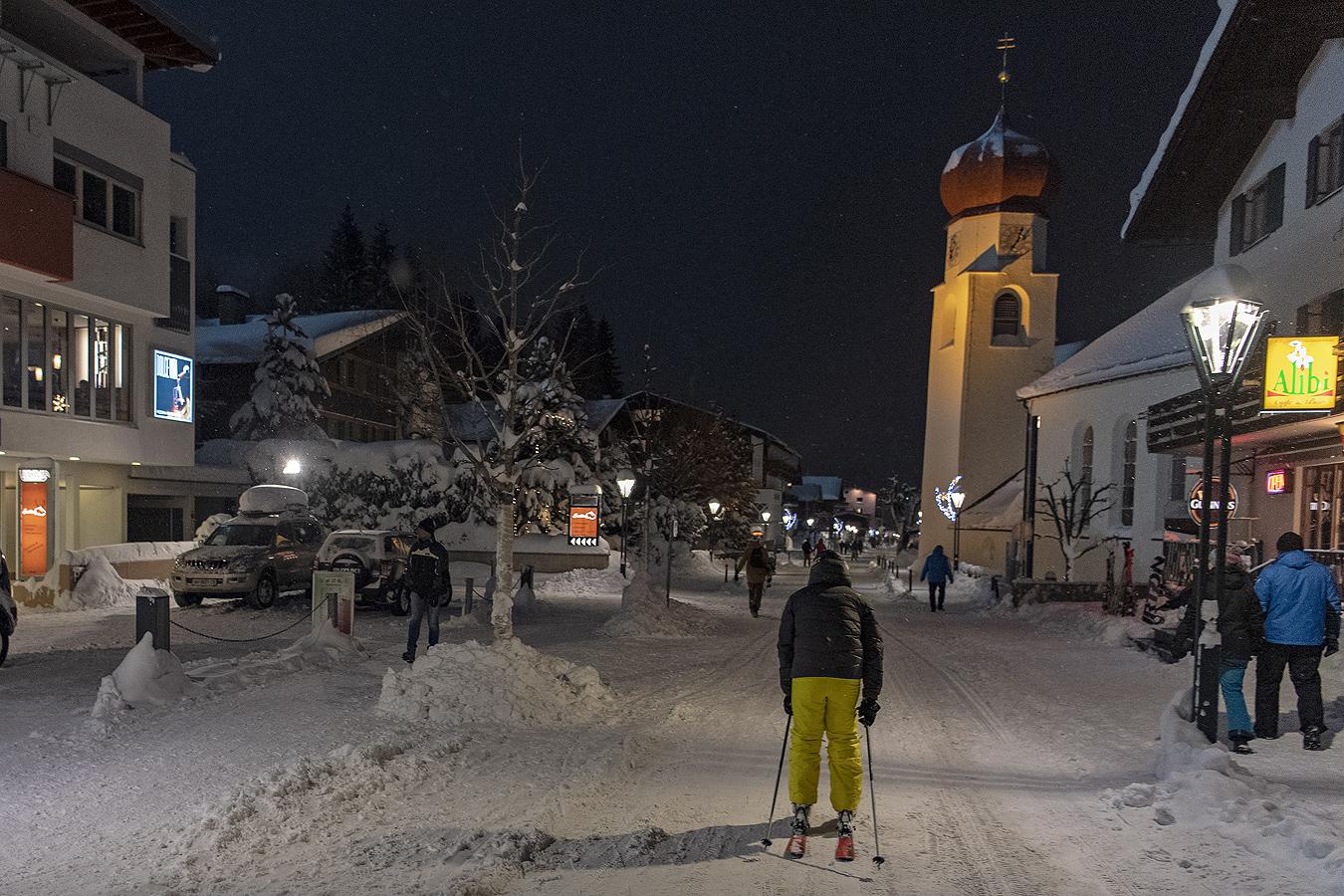 """""""Спускането и супергигантският слалом при жените, трябваше да бъдат отложени заради повишения риск от лавини и лоши метеорологични условия"""", съобщи Австрийската федерация по ски. """"Огромните количества сняг прави невъзможно провеждането на състезанията за Световната купа в събота и неделя"""", добавиха от федерацията."""