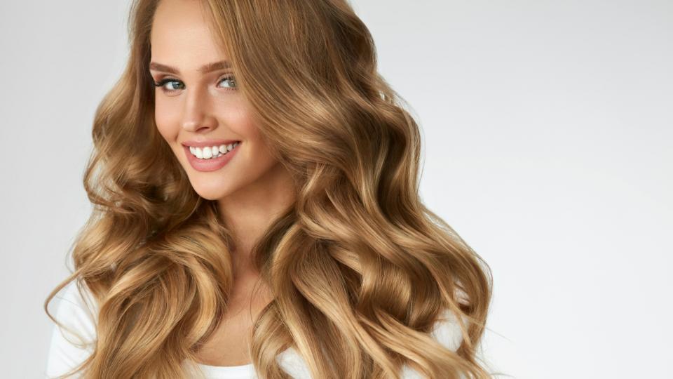 Новият трик за прекрасни букли в косите: трябват ви само пластмасова бутилка и сешоар
