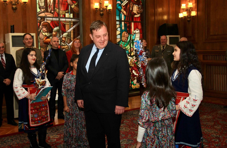 """Децата, които посетиха министър Каракачанов, бяха от Средно училище """"Кирил и Методий"""" в гр. Златарица"""