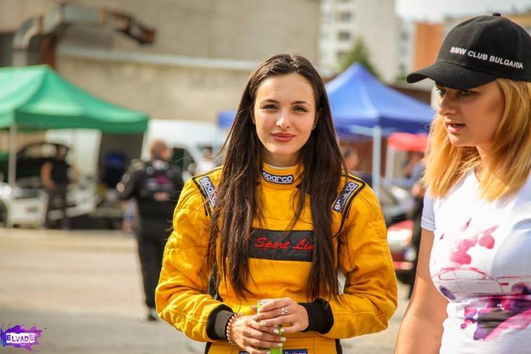 Страстта ѝ към автомобилите превръща мотоспорта в нейна професия.