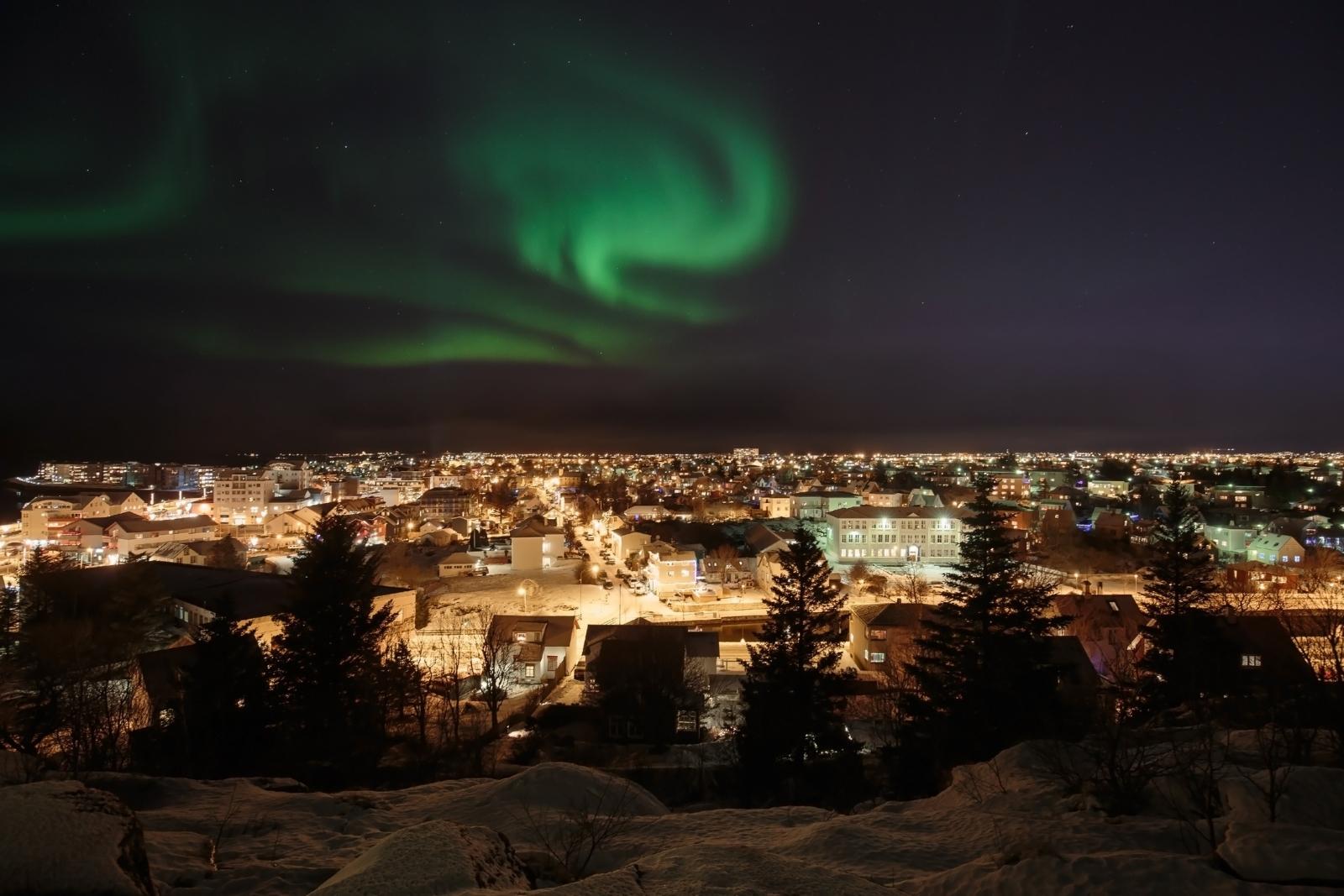 Рейкявик, Исландия. Пред декември светлата част на деня там продължава 4 часа и 7 минути.