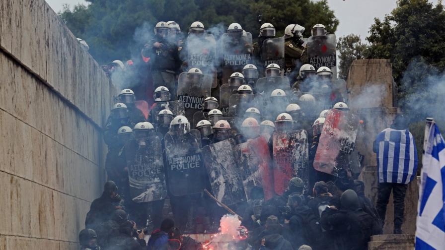 <p><strong>Сблъсъци</strong> на протеста в Атина, има <strong>ранени полицаи</strong></p>