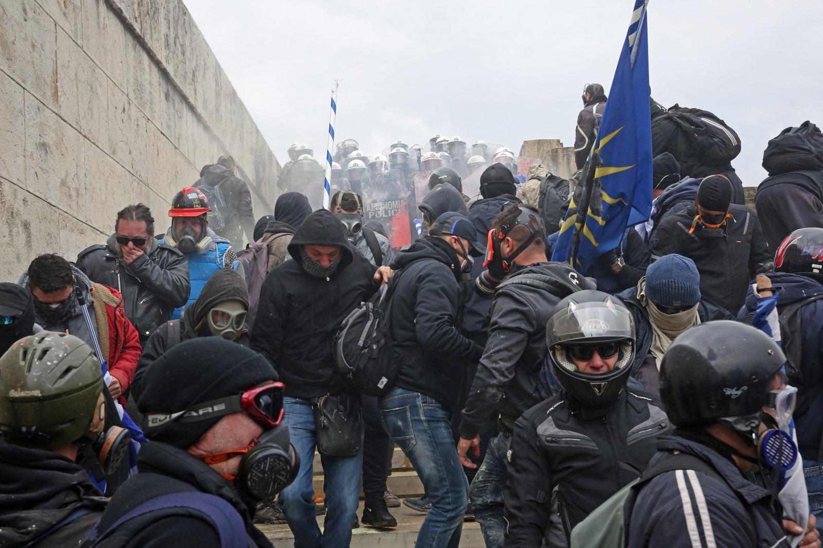 """Стотици хиляди гърци, развяващи националния флаг, изпълниха площад """"Синтагма"""" и околните улици в самото сърце на гръцката столица в знак на протест срещу ратификацията на подписания през миналата година Договор от Преспа, с който беше сложен край на продължилия 27 години спор между Атина и Скопие за името на Македония."""