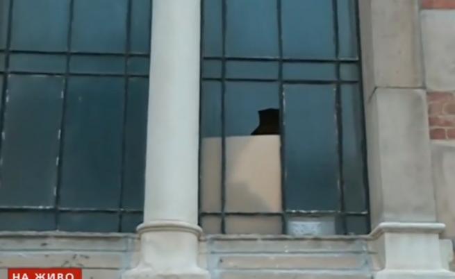 Мъж изпочупи прозорци на Синагогата с камъни