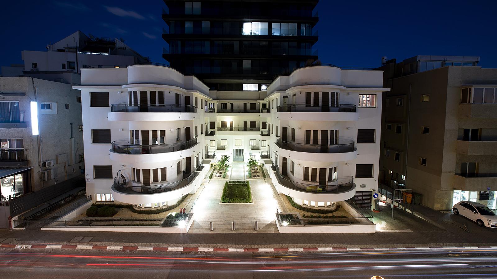 Сгушен по улиците на центъра на Тел Авив, стои модернистичен архитектурен скъпоценен камък, известен като Белия град: една от най-големите концентрации на около 4000 сгради, създадени в известния стил на Баухаус от 30-те години, чийто структури създават удивително впечатление за хоризонта на града. xxx